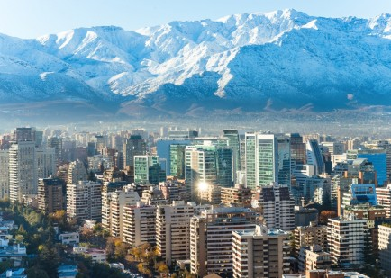 schnee-bedeckte-berge-hinter-santiago-de-chile-1600x1068